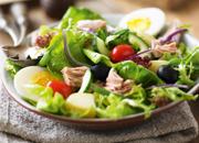 Nizzasalat mit Thunfisch, Ei und Oliven
