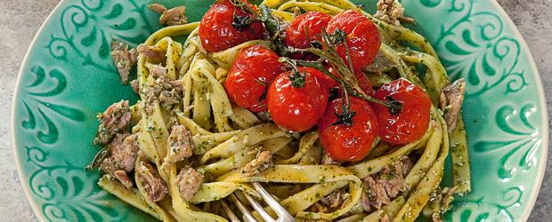 Tagliatelle mit gerösteten Tomaten und Thunfisch